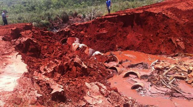 Em Itaquiraí, grande volume de água provocado pelo excesso de chuva no início do ano destruiu a tubulação que canalizava o córrego Filomena, provocando a interdição da estrada Erechim, na zona rural do município (Foto: Arquivo/Defesa Civil de MS/Divulgação)